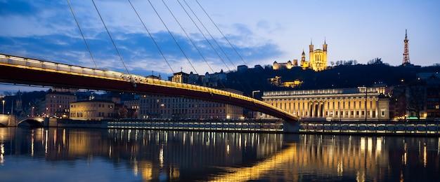Vista panorâmica do rio saône em lyon à noite, frança