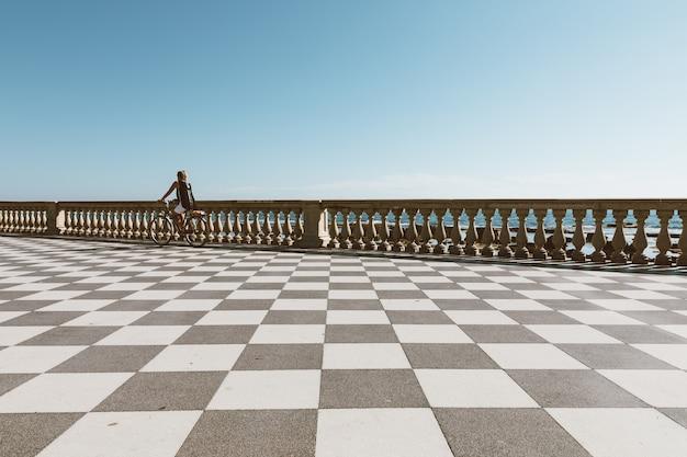 Vista panorâmica do terrazza mascagni (terraço de mascagni) em frente ao mar da ligúria, na costa oeste da toscana em livorno
