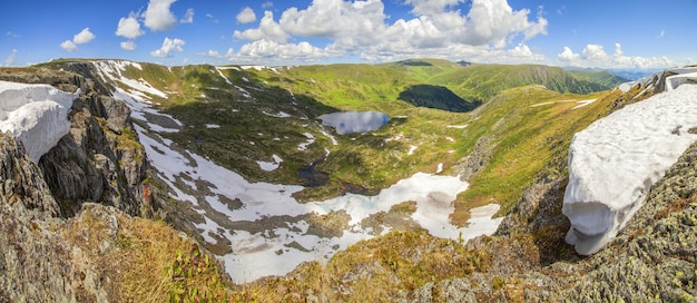 Vista panorâmica do vale da montanha com lago
