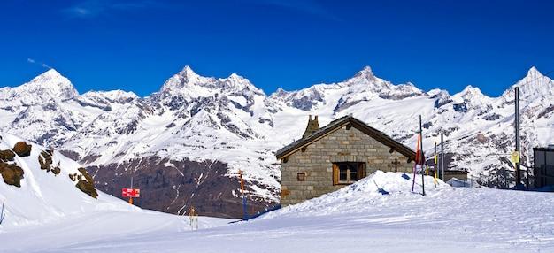 Vista panorâmica dos alpes suíços com estação ferroviária localizada em gornergrat na suíça