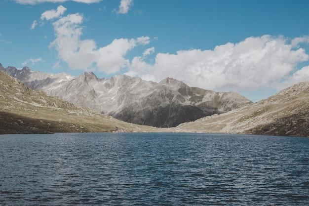 Vista panorâmica dos lagos marjelen, cena nas montanhas, rota da grande geleira aletsch no parque nacional da suíça, europa. paisagem de verão, clima ensolarado, céu azul e dia ensolarado