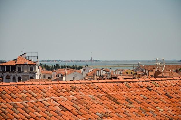 Vista panorâmica dos telhados de veneza. vista aérea panorâmica de veneza com telhados vermelhos
