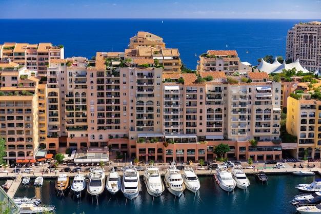 Vista panorâmica em iates e apartamentos luxuosos do centro da cidade e do porto de monte carlo, cote d'azur, mônaco, riviera francesa.