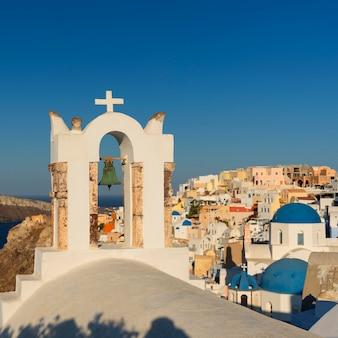 Vista panorâmica em oia pela manhã, santorini, grécia