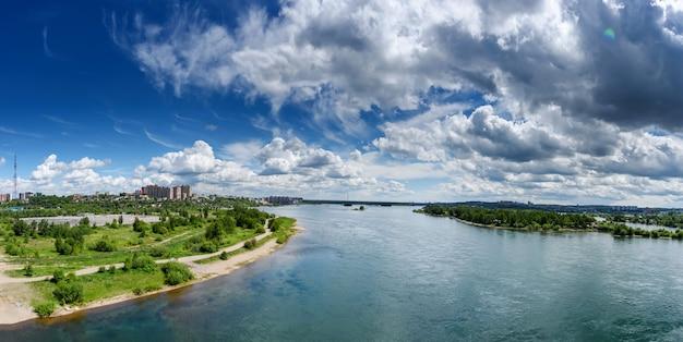 Vista panorâmica em um dia ensolarado de verão com belas nuvens
