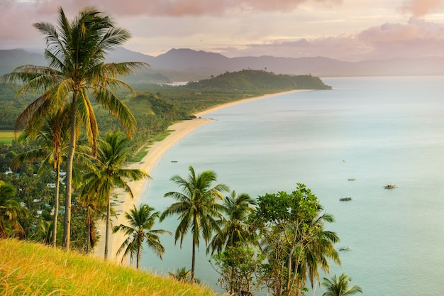 Vista panorâmica incrível da baía do mar e das ilhas de montanha, palawan, filipinas