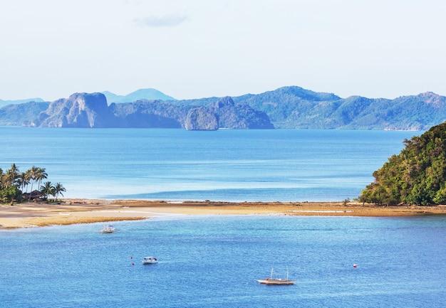 Vista panorâmica incrível da baía do mar e ilhas montanhosas, palawan, filipinas