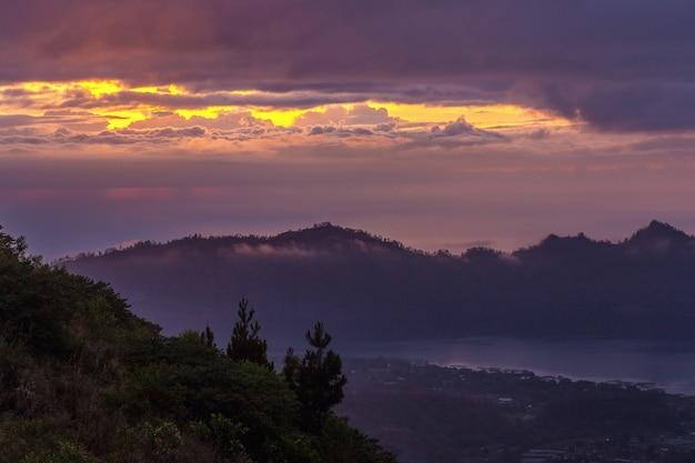Vista panorâmica incrível da natureza do topo do vulcão batur ao nascer do sol