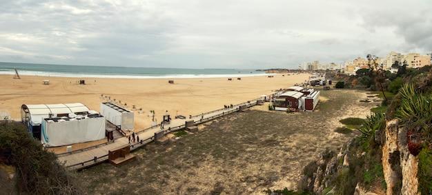 Vista panorâmica larga de um long beach na cidade de portimao, portugal.