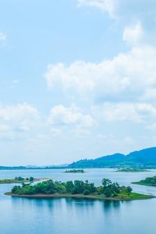Vista panorâmica montanhas, ilhas e florestas.