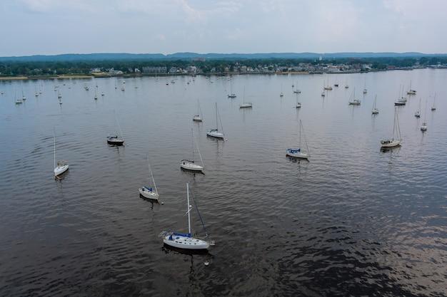 Vista panorâmica muitos belos barcos no oceano há muitos barcos flutuantes