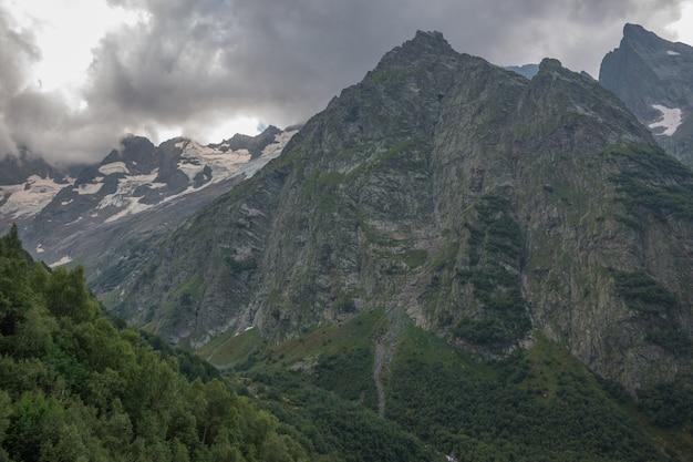 Vista panorâmica na cena de montanhas no parque nacional de dombay, cáucaso, na rússia. paisagem de verão, clima ensolarado e dia ensolarado
