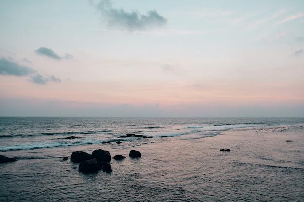 Vista panorâmica na costa do oceano no nascer do sol de manhã