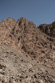 Vista panorâmica na montanha de arenito no deserto com céu azul