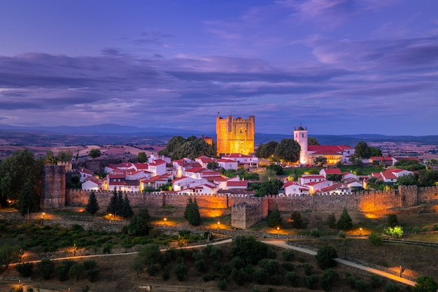 Vista panorâmica, pôr do sol surpreendente na cidadela medieval