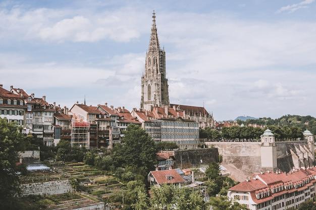 Vista panorâmica sobre a catedral de berna e a histórica cidade velha de berna, capital da suíça, europa. paisagem de verão, dia ensolarado e céu azul
