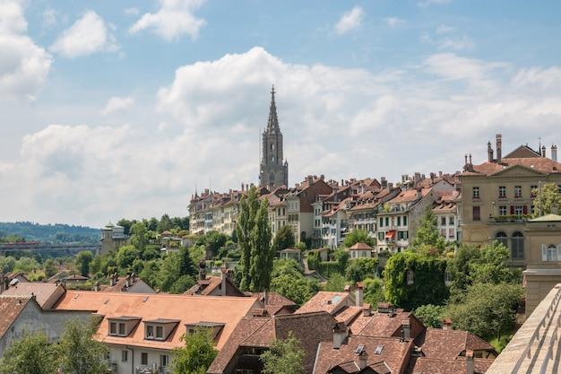 Vista panorâmica sobre a catedral de berna e a histórica cidade velha de berna, na suíça. paisagem de verão, dia ensolarado e céu azul