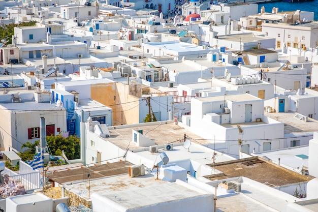 Vista panorâmica sobre a cidade de mykonos, com arquitetura branca, grécia