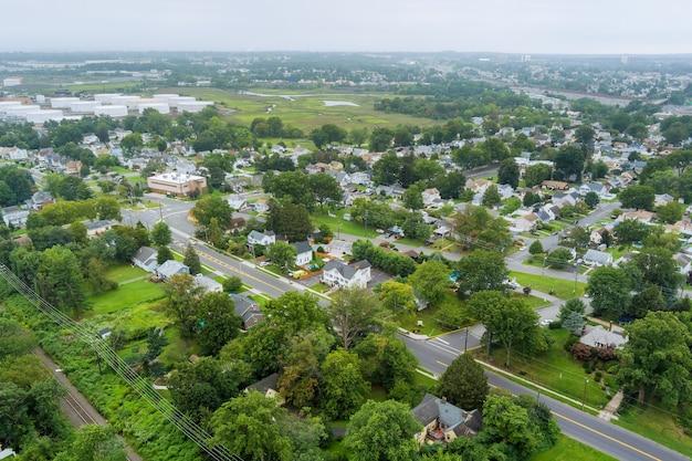 Vista panorâmica sobre a paisagem de uma pequena cidade casas subúrbios casas de cobertura em woodbridge nj eua perto de tanque industrial de refinaria de petróleo