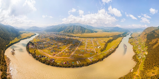 Vista panorâmica sobre o rio da montanha,