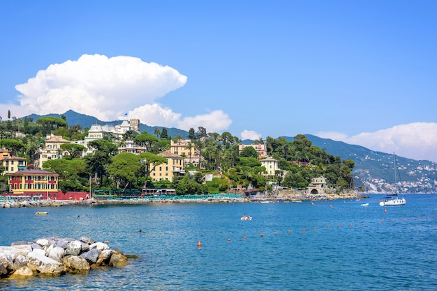 Vista para a cidade de santa margherita ligure e água azul Foto Premium