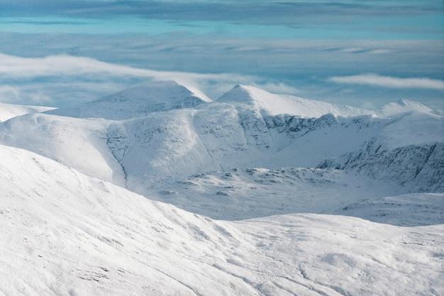 Vista para a montanha com neve no inverno