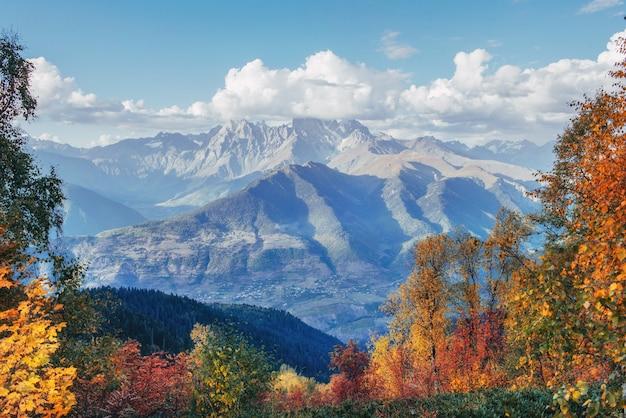Vista para a montanha do monte ushba mheyer