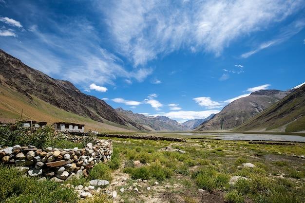 Vista para a montanha e casa de campo