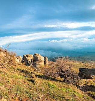 Vista para a montanha rochosa (vale dos fantasmas perto do monte demerdzhi, crimeia, ucrânia). dois tiros costuram a imagem.
