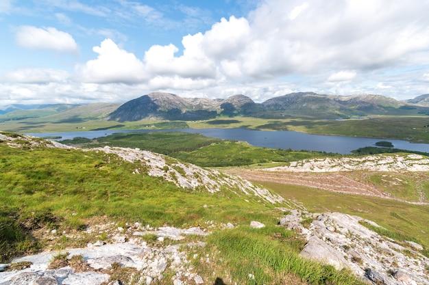 Vista para as montanhas sobre lough inagh do topo do peack de derryclare.