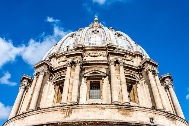 Vista para cima da cúpula da basílica de são pedro.