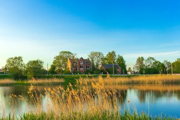 Vista para o campo idílico com lago e casa