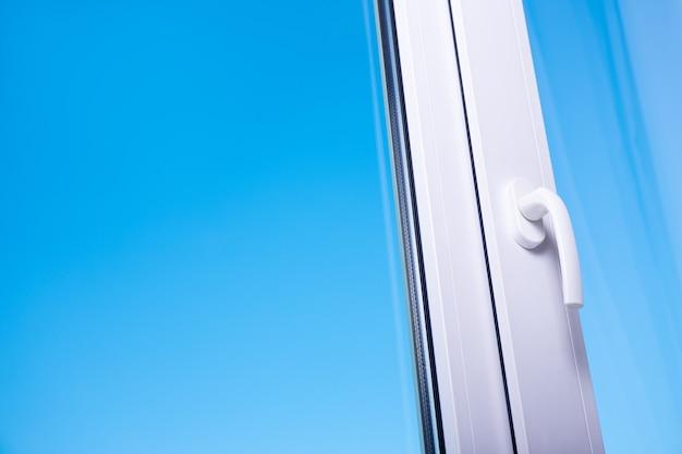 Vista para o céu azul claro a partir de uma janela de plástico moderna