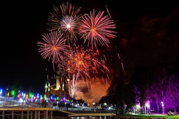 Vista para o céu noturno e lindos fogos de artifício explodindo na cidade