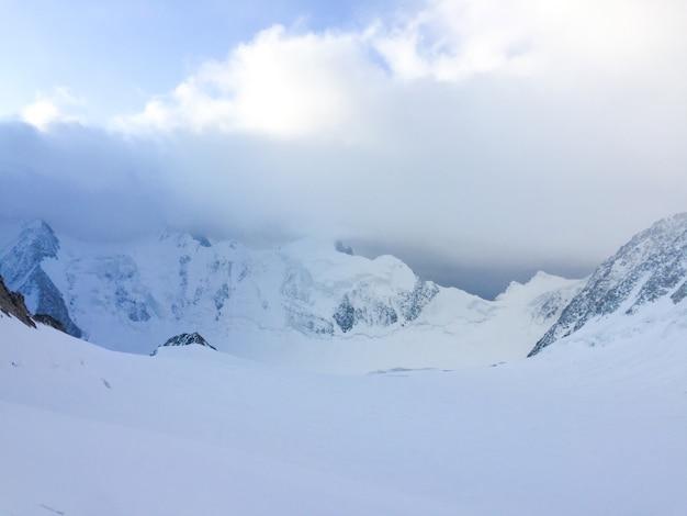 Vista para o glaciar mensu. belukha área de montanha. altai, rússia.