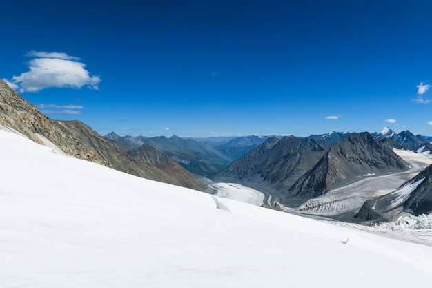 Vista para o glaciar mensu. belukha área de montanha