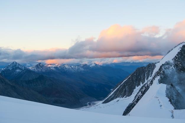 Vista para o glaciar mensu. por do sol na área de montanha de belukha.
