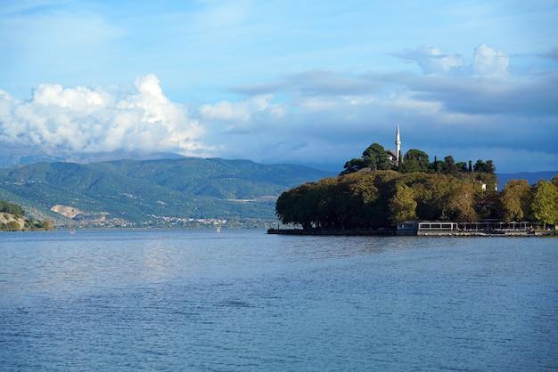 Vista para o lago com pequena floresta