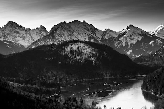 Vista para o lago de inverno em schwangau, alemanha.