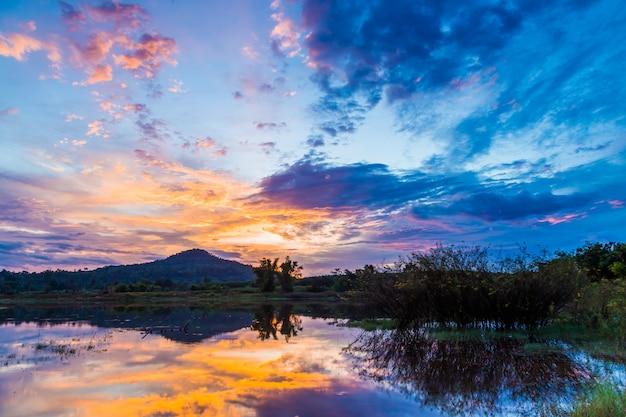Vista para o lago durante o nascer do sol