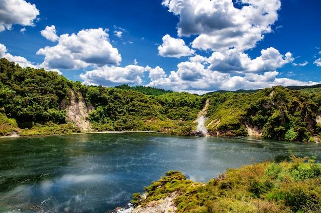 Vista para o lago frigideira com vapor no parque do vale vulcânico de waimangu em rotorua, nova zelândia