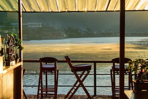 Vista para o lago na cafeteria pela manhã, ao nascer do sol, ban rak, um ponto turístico da vila tailandesa e popular