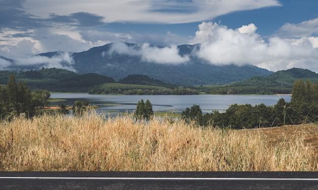 Vista para o lago na montanha com iluminação nublada ao ar livre