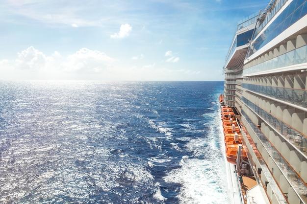 Vista para o mar a partir de um convés de navio de cruzeiro em um dia brilhante