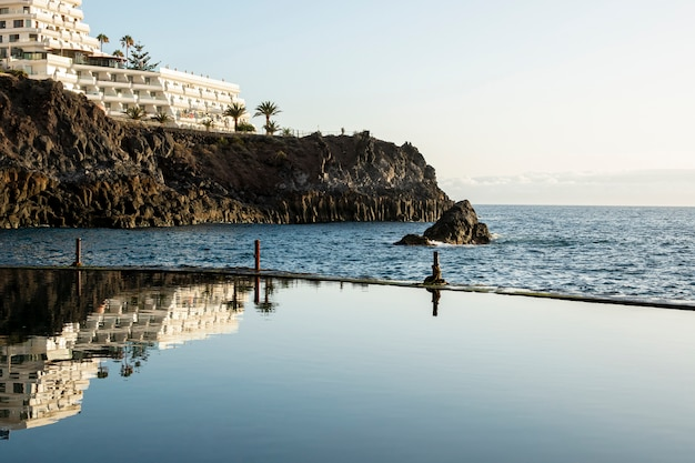 Vista para o mar a partir de uma piscina do resort
