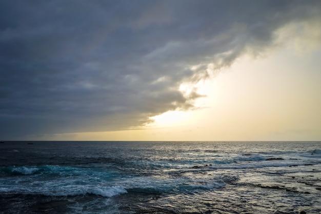 Vista para o mar ao pôr do sol na ilha de santo antão, cabo verde, áfrica
