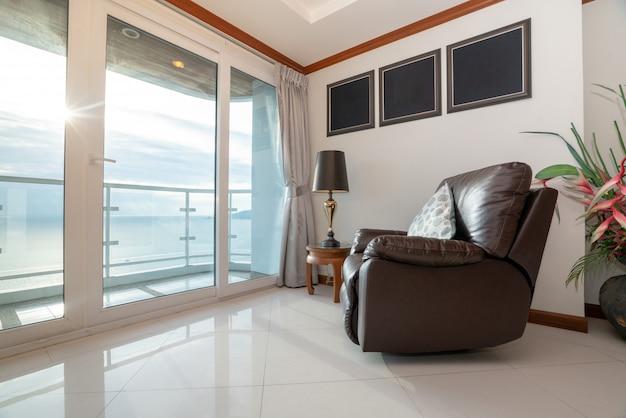 Vista para o mar condomínio com sofá pela varanda