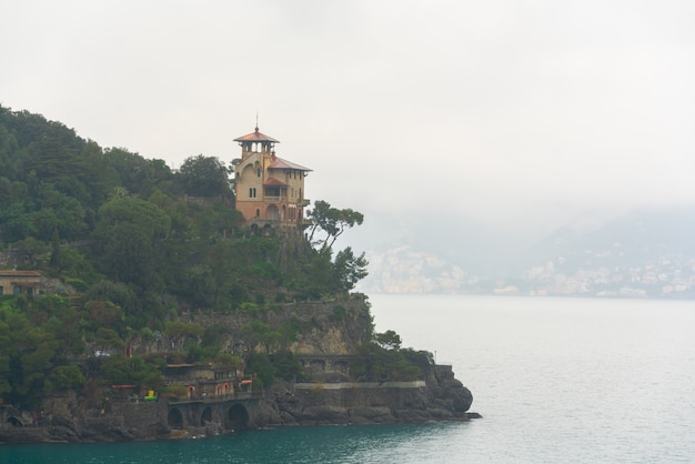 Vista para o mar da beira-mar pitoresca perto de portofino, vila de pescadores, itália.