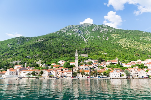Vista para o mar da cidade de perast, montenegro