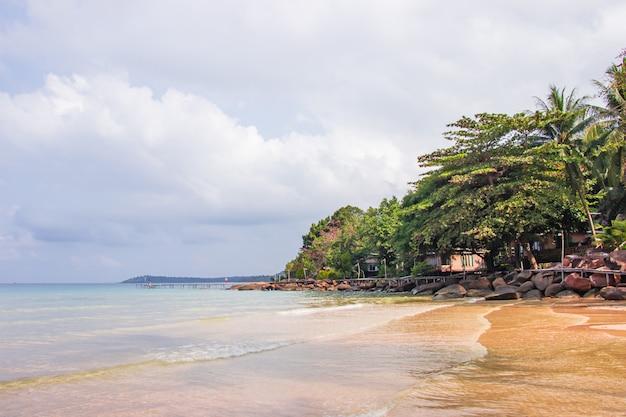 Vista para o mar da praia de haad sai daeng e tem ponte de madeira para turistas de transferência na ilha de koh kood.